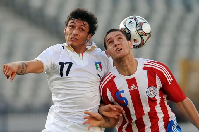 Mattia Mustacchio (também não conheço) disputa bola com Francisco Silva