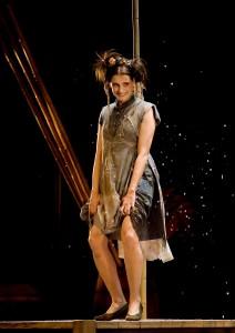 Denise Fraga como Chen Tê em <i>A Alma Boa de Setsuan</i>