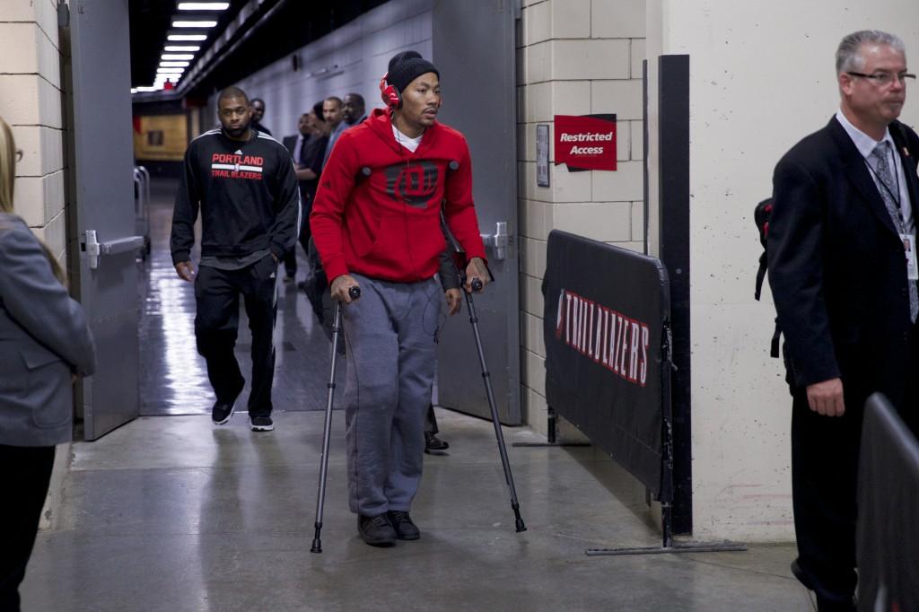Derrick Rose se lesionou no final de novembro e não tem previsão de retorno ao Bulls (Foto: AP)