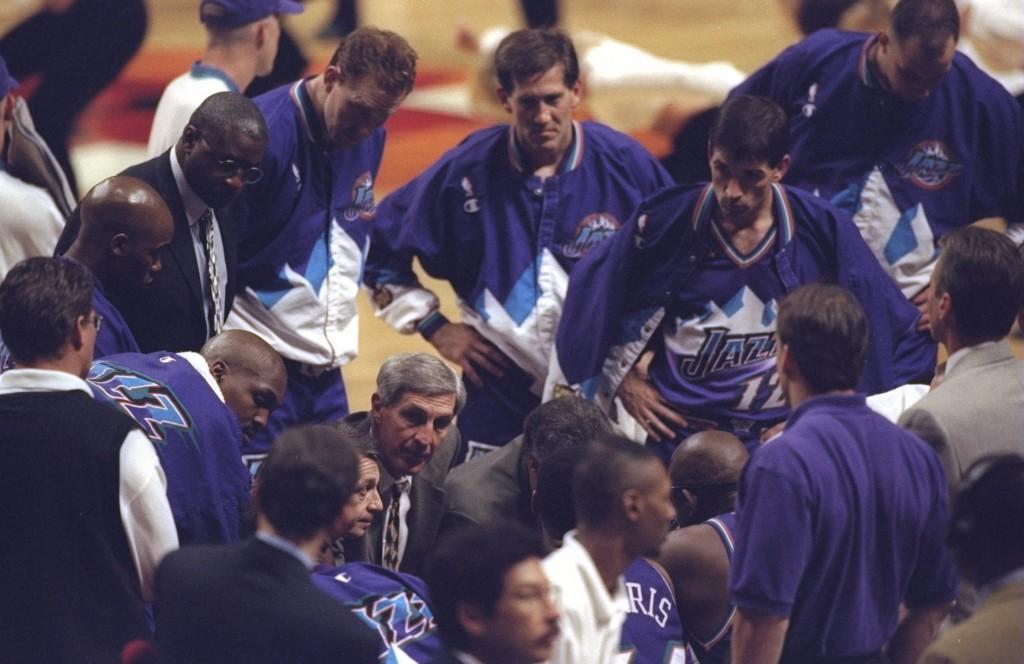 Jerry Sloan conversa com os jogadores do Utah Jazz durante jogo pela final da NBA de 1998 (Foto: Getty Images)