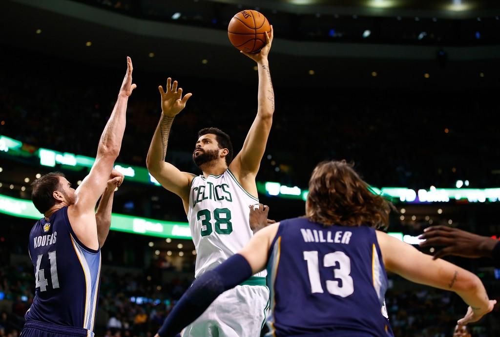 Faverani tem jogado cada vez menos no Celtics (Foto: Getty Images)