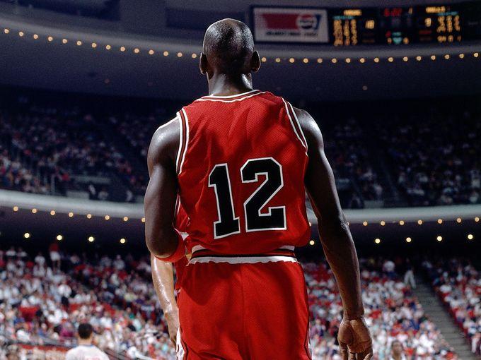 Michael Jordan teve de usar a camisa 12 em 1990 (Foto: Reprodução)