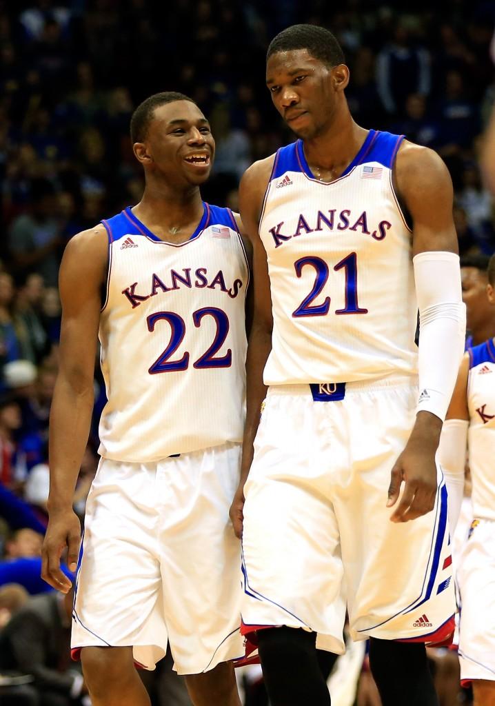 Andrew Wiggins e Joel Embiid: companheiros em Kansas, ala e pivô concorrem ao topo do Draft da NBA (Foto: Getty Images)