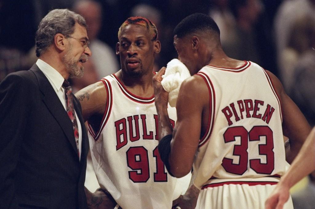 Um dos feitos mais marcantes de Phil Jackson como treinador foi domar Dennis Rodman em Chicago (Foto: Getty Images)