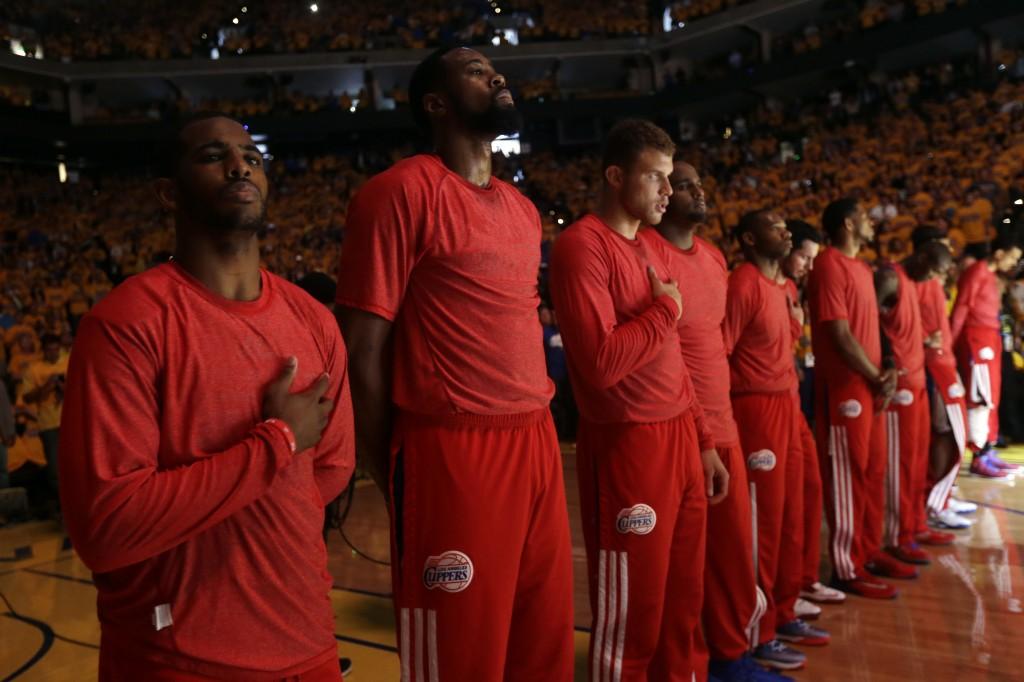 Jogadores do Los Angeles Clippers usaram camiseta sem o nome da equipe no aquecimento da partida contra o Warriors (Foto: AP)