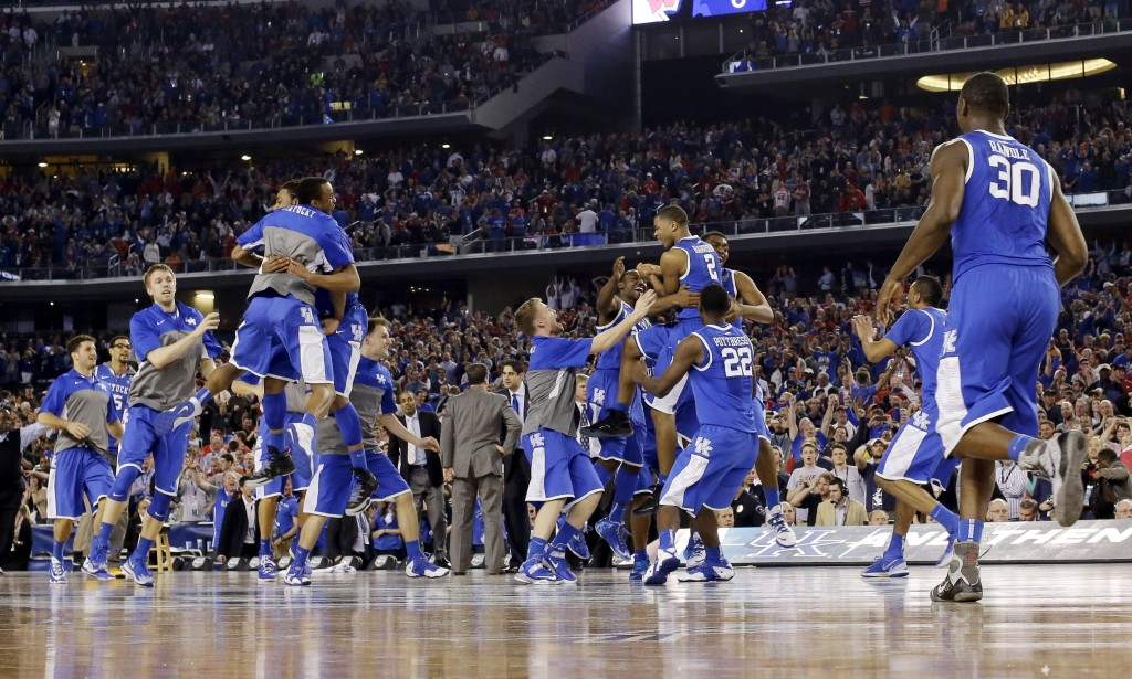 Jogadores de Kentucky comemoram vitória em jogo decidido no fim (Foto: AP)