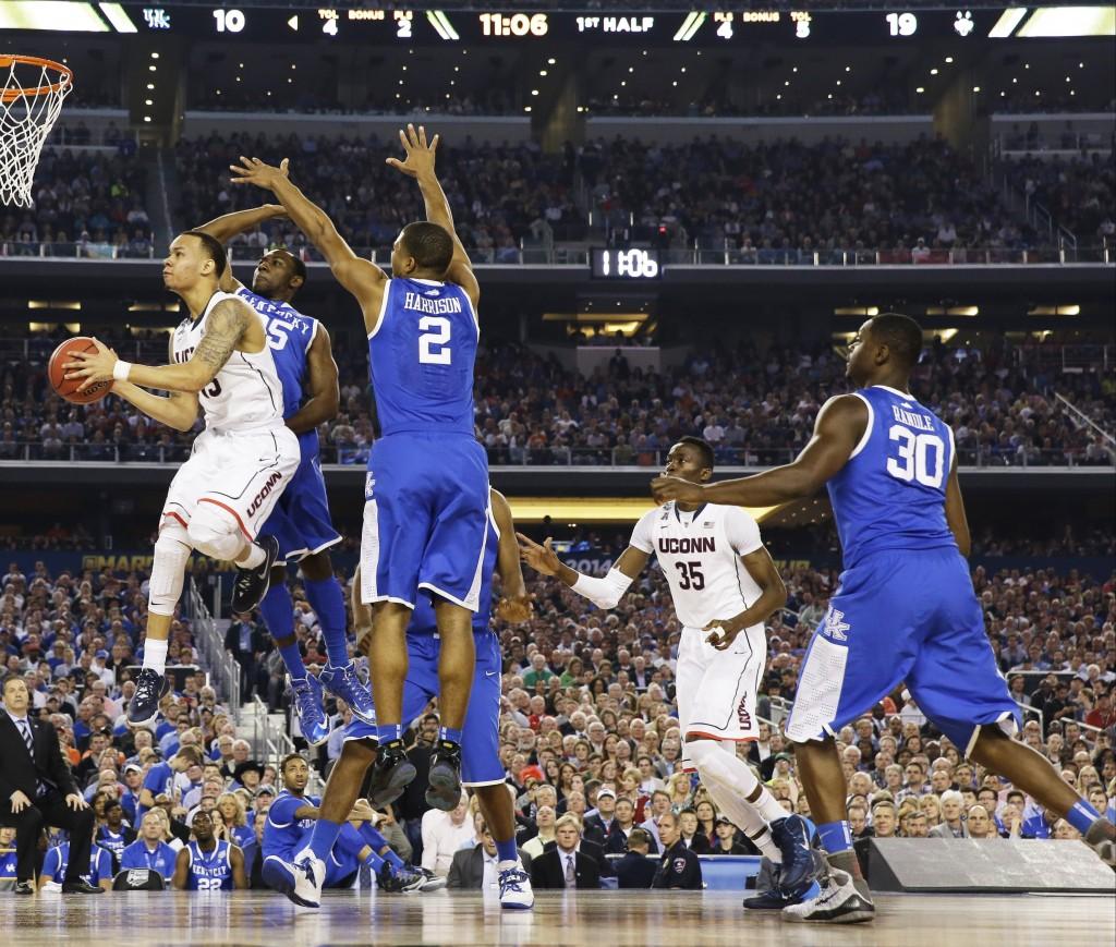 Shabazz Napier: imparável no meio da defesa de Kentucky (Foto: AP)