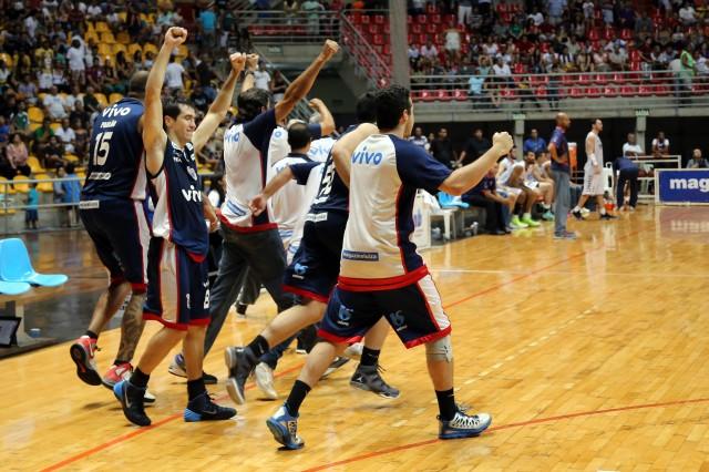 Jogadores de Franca comemoram classificação no NBB (Foto: Divulgação/LNB)