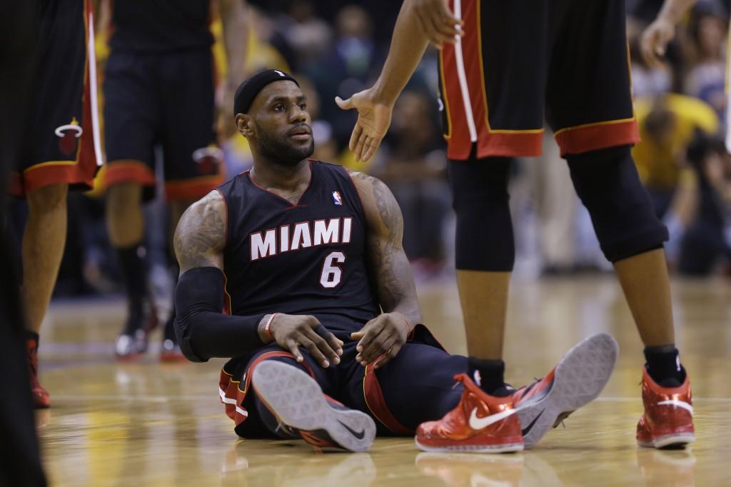 LeBron James: cinco faltas, três desperdícios e apenas sete pontos (Foto: AP)