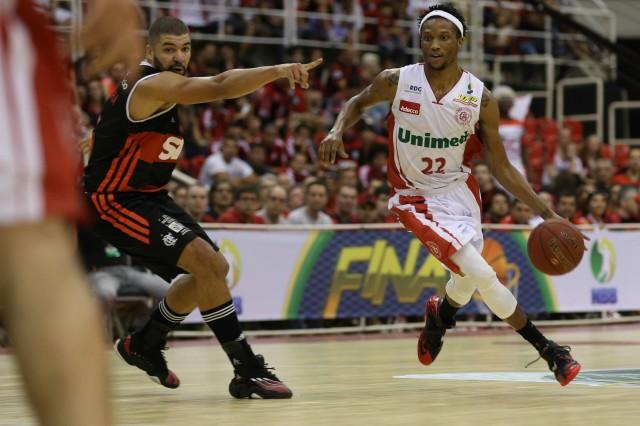 Desmond Holloway: ataque à defesa do Flamengo (Foto: Luiz Pires e Ricardo Ramos/LNB)