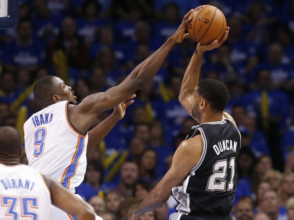Serge Ibaka dá toco em Tim Duncan. Thunder é muito mais forte quando conta com o ala-pivô (Foto: AP)