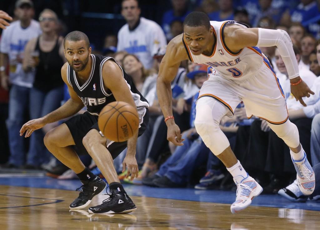Russell Westbrook desfila capacidade atlética em quadra. Mais uma vez (Foto: AP)