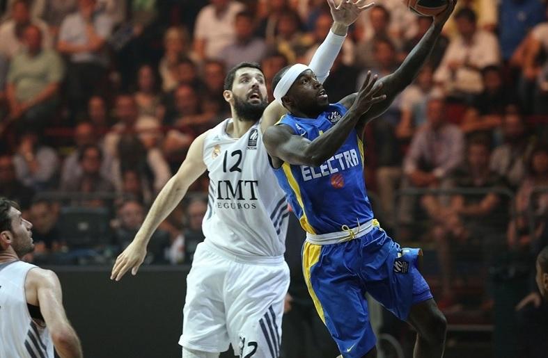 Tyrese Rice passa por Nikola Mirotic e sobe para a cesta (Foto: Divulgação)