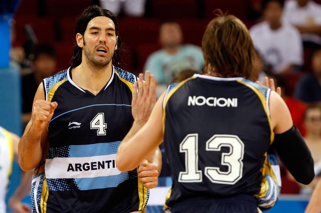 Luis Scola e Andrés Nocioni: líderes argentinos colocam cartolas contra a parede (Foto: Getty Images)
