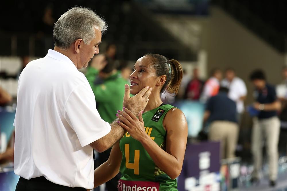 Adrianinha conversa com Zanon após seu último jogo pela seleção (Foto: Fiba/Divulgação)