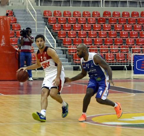 Não faltou lugar vazio para ver Laprovittola encarar a marcação de Larry (Foto: Henrique Costa/Bauru Basket)