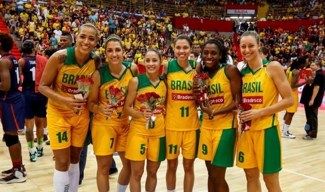 Jogadoras da LBF receberam flores (Foto: Gaspar Nobrega/Inovafoto)