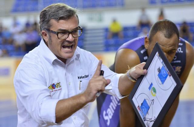 Paco García orienta time de Mogi das Cruzes durante pedido de tempo (Foto: João Pires/LNB)