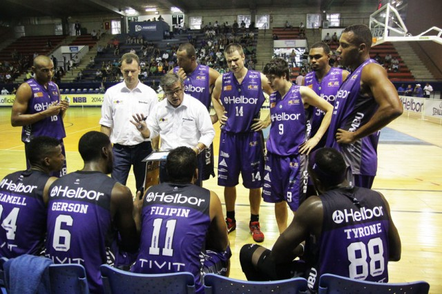 Paco García orienta um time que mudou muito nos últimos meses (Foto: Cleomar Macedo)