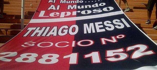 Faixa em homenagem ao filho de Messi é exposta em jogo do Argentino 6503d116a24d7