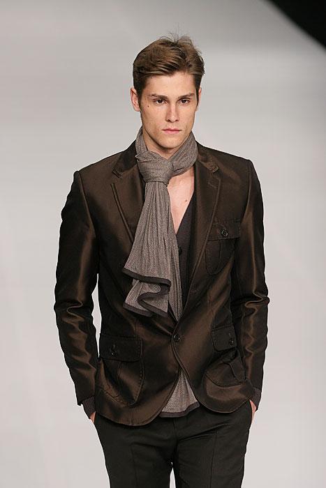 32d94cd29 O homem que veste Ivan Aguilar é elegante
