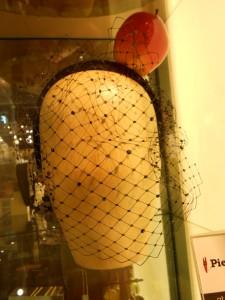 O fascinator da Topshop custa 250 libras (R$ 750)