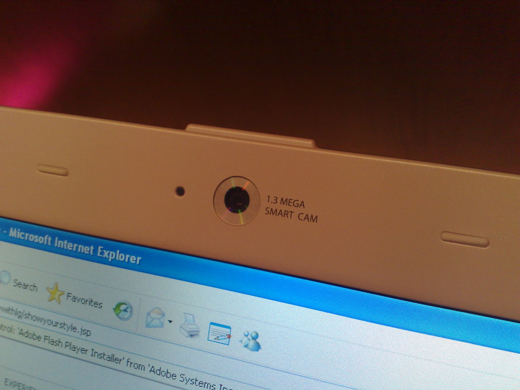 Uma webcam de 1.3 MP está embutida acima do monitor