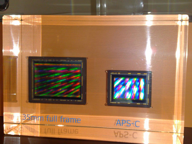 A diferença de tamanho entre um sensor 35mm (esquerda) e um APS-C