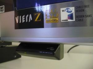 Detalhe do receptor Wireless HDMI que acompanha a Viera Z1