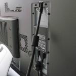 Na traseira, os únicos cabos são o de força e do receptor Wireless HDMI