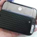 A tampa traseira é texturizada, e o logo da Motorola iluminado