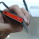 Aparelho é fino, com design em preto e detalhes em vermelho