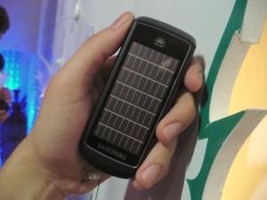 O painel solar na traseira do aparelho é o responsável por coletar a luz