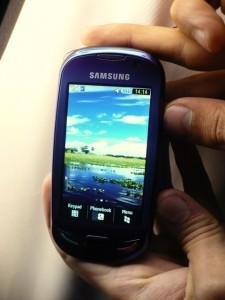Também movido a energia solar, o Blue Earth tem características de smartphone