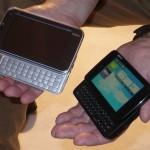 O novo tablet Nokia N900 (preto, à direita), posa ao lado do atual Nokia N810
