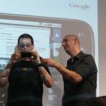 Victor Ribeiro (esquerda) e Felix Ximenes, do Google, demonstram o Orkut em um smartphone Motorola