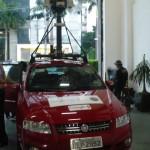 Os carros do Street View são Fiat Stilo vermelhos, com o inconfundível mastro com equipamentos sobre o teto
