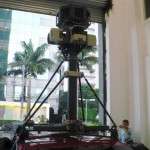 O mastro no teto do carro abriga todo o equipamento de captura de imagens