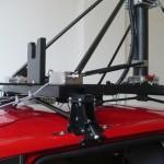 Uma estrutura especialmente projetada prende o mastro (que é móvel, e pode ser abaixado) ao carro