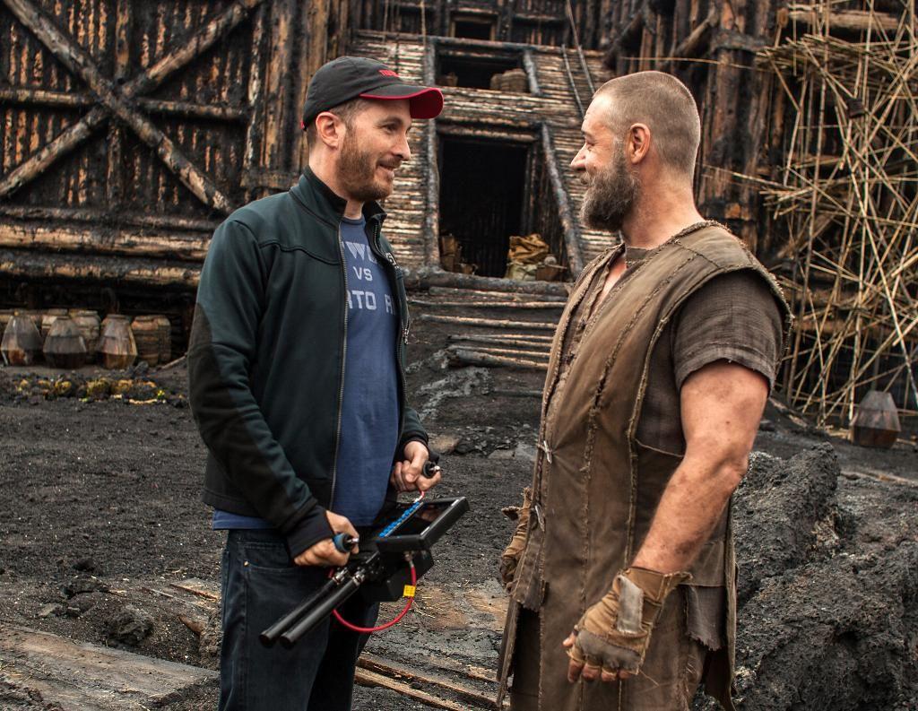"""Darren Aronofsky bate um papo com Russell Crowe no set de """"Noé"""": entre a cruz e a espada no tocante à liberdade criativa (Foto: Divulgação)"""