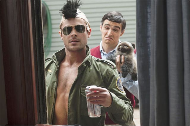 Zac Efron (à frente) e Dave Franco em cena do filme: referências e ironias se misturam em um filme insuspeitamente inteligente  (Foto : divulgação)