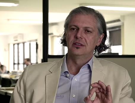 """O jornalista Fernando Rodrigues em cena de """"O mercado de notícias"""""""
