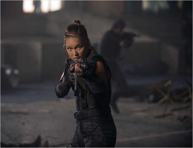 """Ronda e sua cara de má em cena de """"Os mercenários 3"""""""