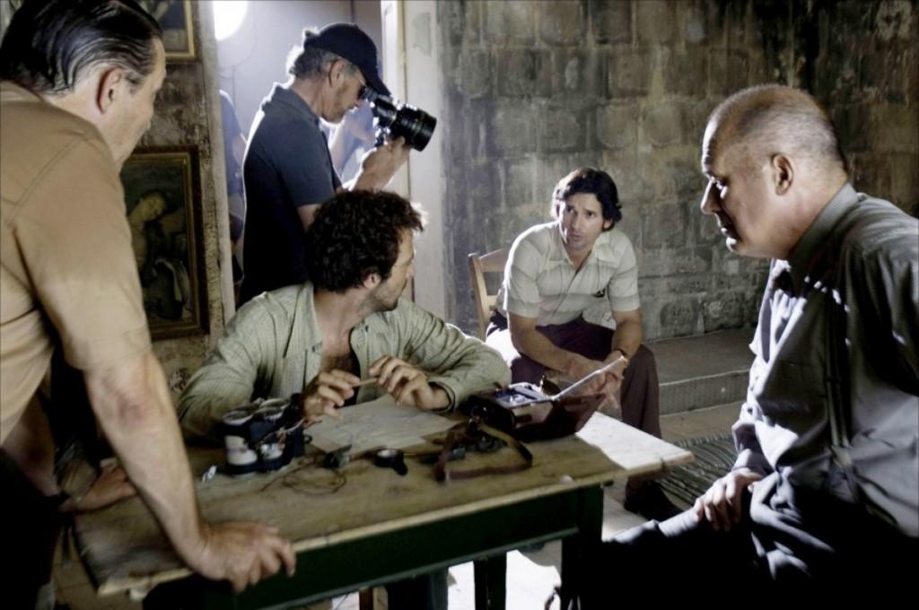 """O judeu Steven Spielberg no set de """"Munique"""" (2005),  filme inesperadamente imparcial na retratação do longevo conflito entre Israel e Palestina"""