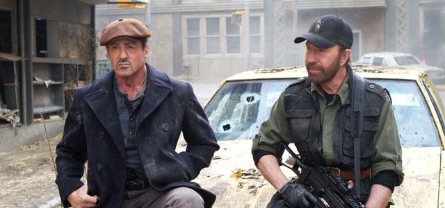 """Nem Chuck Norris, que deu as caras em """"Os mercenários 2"""" seria capaz de tirar Stallone dessa encrenca"""