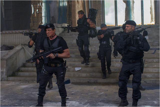 Stallone e seu grupo encaram um pequeno exército no clímax do filme: qual será o próximo desafio? (Fotos: divulgação)