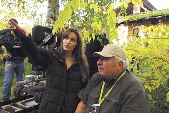 """Angelina Jolie no set de """"Na  terra do amor e ódio"""", seu primeiro filme como diretora"""