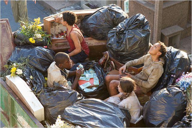 """Cena de """"Trash - a esperança vem do lixo"""": previsível e manipulador  (Fotos: divulgação)"""