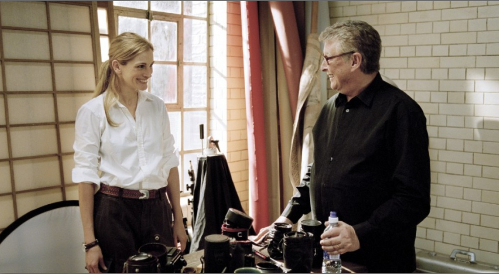 "Mike Nichols conversa com Julia Robert no set de ""Closer"", filme definitivo sobre a lógica do amor"