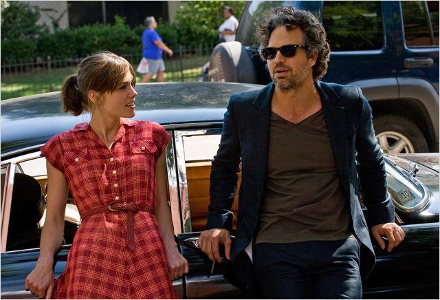 """Keira Knightley e Mark Ruffalo em cena de """"Mesmo se nada der certo"""": os dois devem ficar muito felizes nesta manhã de quinta-feira (Fotos: divulgação)"""